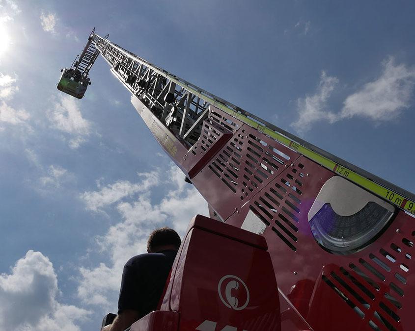 Die Drehleiter der Feuerwehr Voerde auf dem Maifest der Grenzstrasse