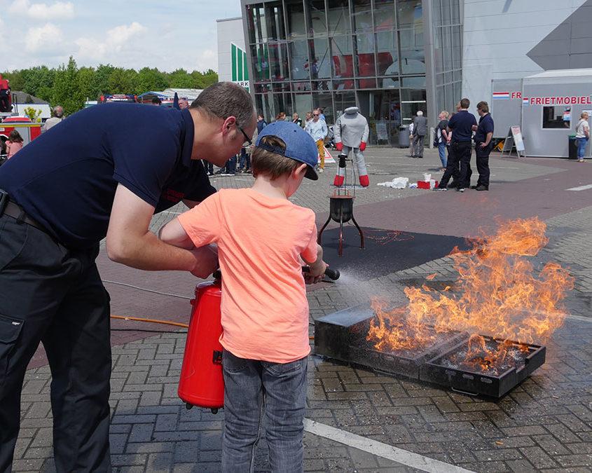 Das Löschen eines Feuers mit einem Feuerlöscher