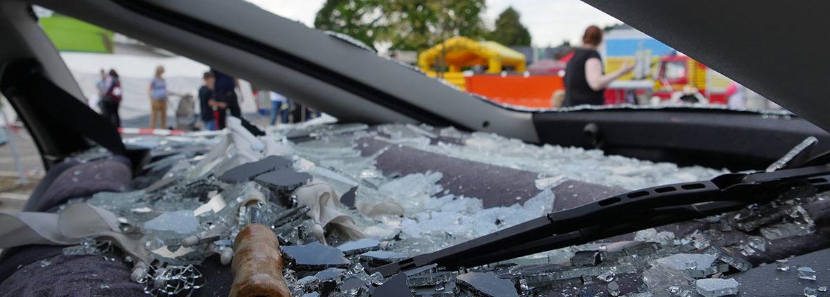 """Blick aus dem """"Unfallfahrzeug"""" auf das Ausstellungsgelände"""