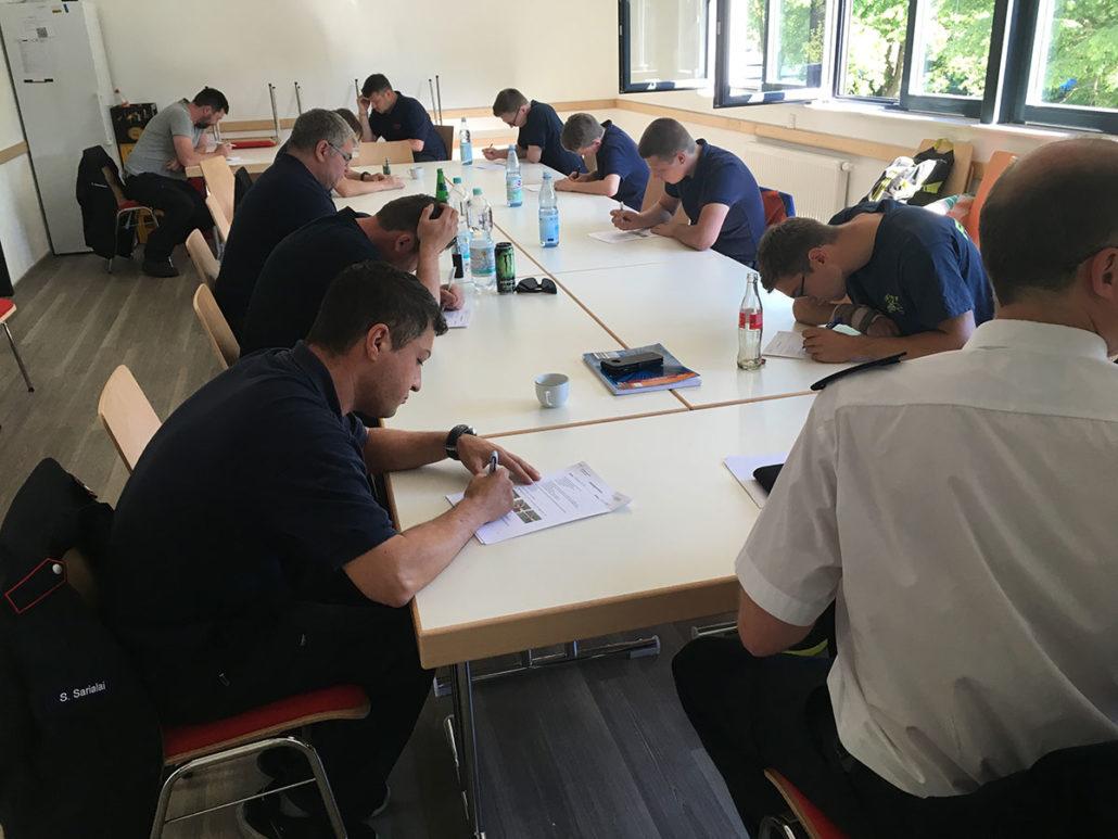 Volle Konzentration - der Jahrgang 2017 bei der theoretischen abschlussprüfung des ersten Teils ihrer Grundausbildung