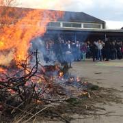Traditionsreiches Osterfeuer auf dem Schulhof der Grundschule in Spellen