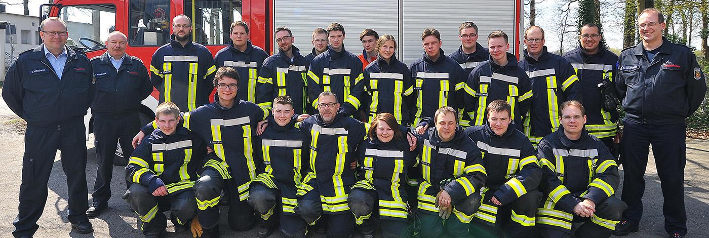 Das sind die neuen Feuerwehrmänner & -frauen 2016 mit ihren Ausbildern
