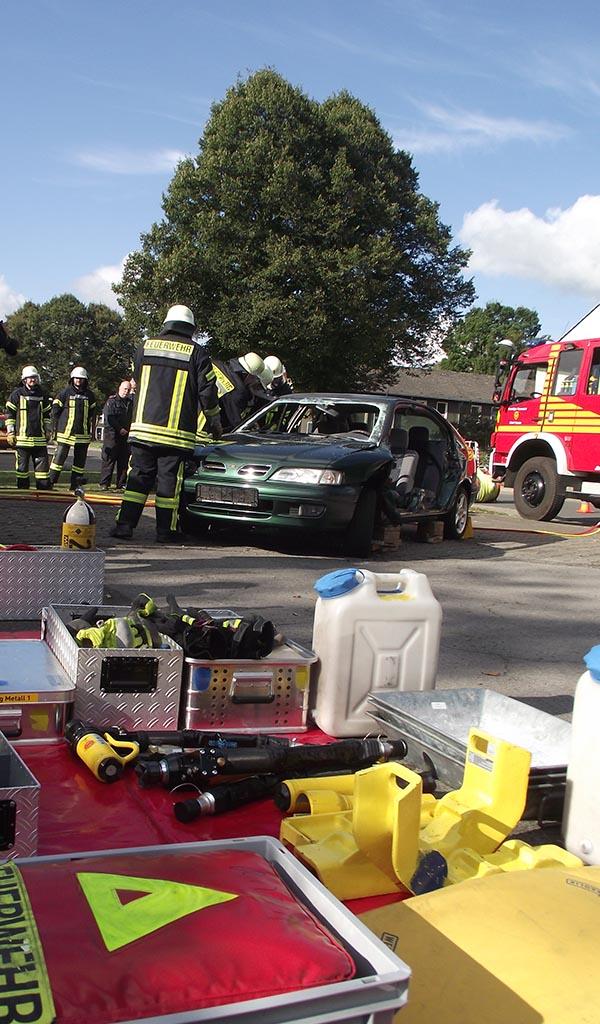 Ein Teil der Grundausbildung: das Befreien eingeklemmter Personen aus verunfallten Fahrzeugen