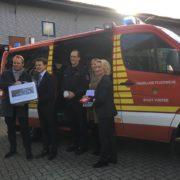 Übergabe des neuen Brandschutzkoffers durch Thomas Pingel an die Feuerwehr Voerde